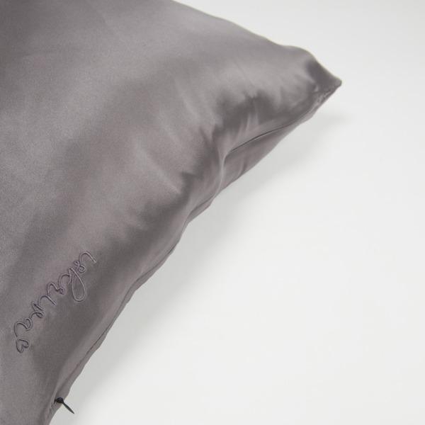 svilena jastučnica u sivoj boji